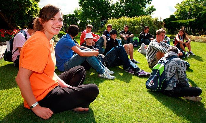 cursos para jóvenes con monitor desde España